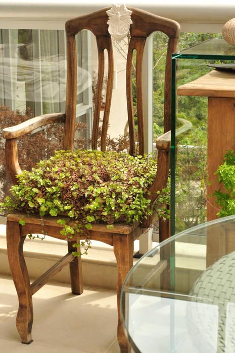 A Cadeira  criou  função Inusitada.: Terraços  por Eduardo Luppi Paisagismo Ltda.