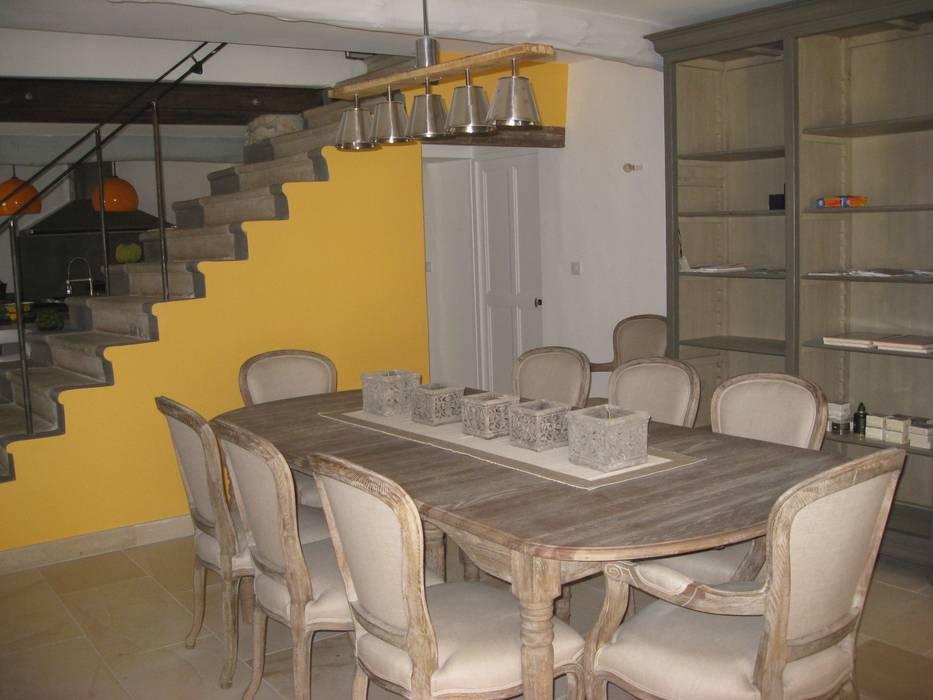 Salle à manger ou le citron a élu domicile: Salle à manger de style de style Classique par Rouge Amande