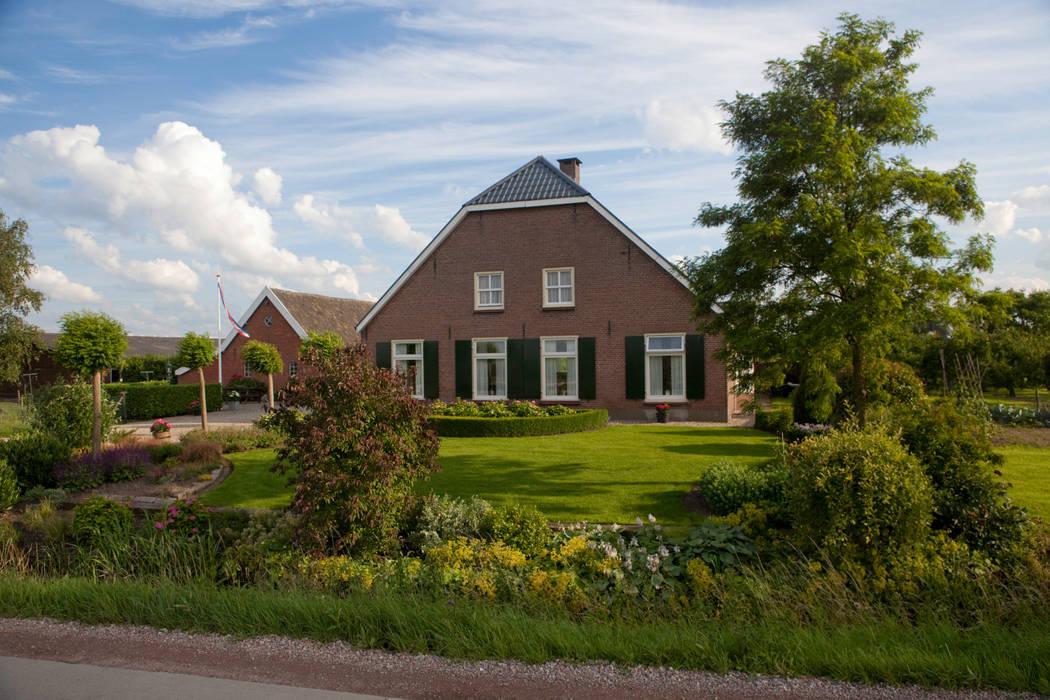 Voortuin bij boerderij Landelijke tuinen van Dutch Quality Gardens, Mocking Hoveniers Landelijk