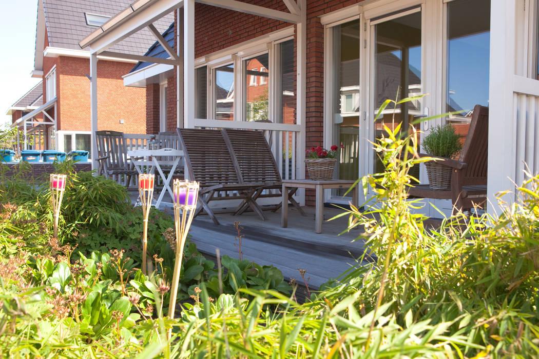 Voortuin nieuwbouw IJssestein Landelijke balkons, veranda's en terrassen van Mocking Hoveniers Landelijk