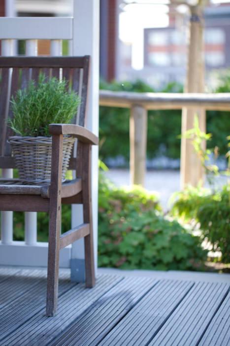 Voortuin IJsselstein Landelijke balkons, veranda's en terrassen van Dutch Quality Gardens, Mocking Hoveniers Landelijk