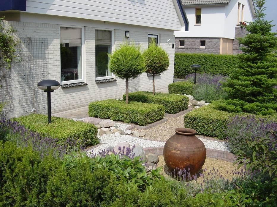 Voortuin met veel elementen Rustieke tuinen van Dutch Quality Gardens, Mocking Hoveniers Rustiek & Brocante