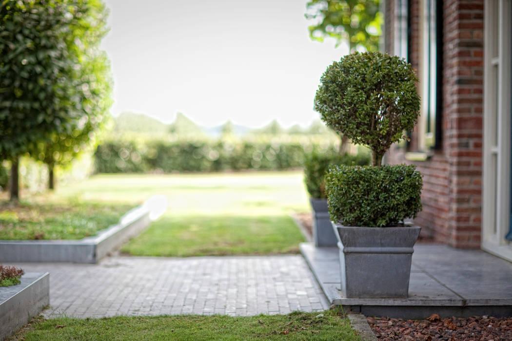 Voortuin met entree Landelijke tuinen van Dutch Quality Gardens, Mocking Hoveniers Landelijk