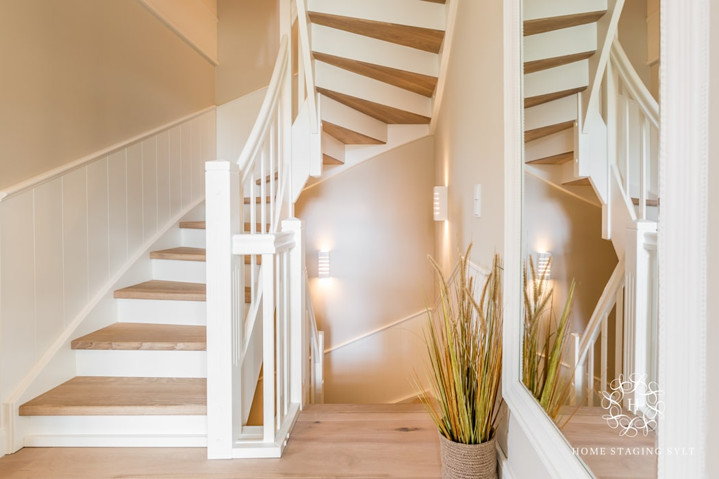 Home Staging Sylt GmbH Country style corridor, hallway& stairs