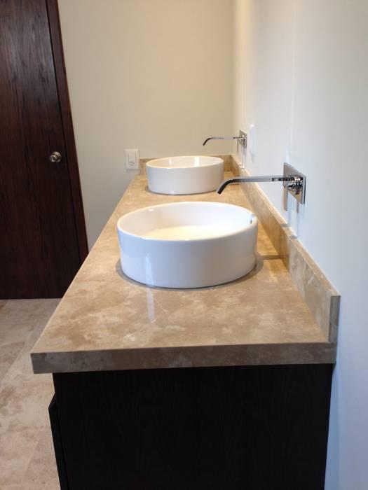 Cubierta de mármol con lavabos de cerámica de sobreponer con mezcladora de monomando en muro Baños modernos de Alejandra Zavala P. Moderno