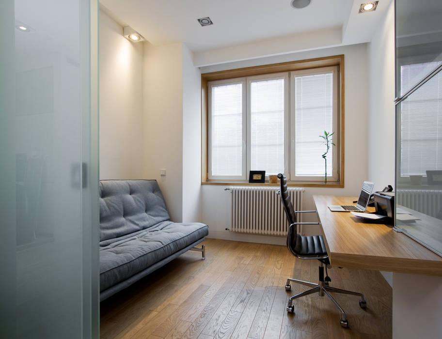 Projekt wnętrz apartamentu w kamienicy na krakowskim Kazimierzu Nowoczesne domowe biuro i gabinet od COOLDESIGN Nowoczesny