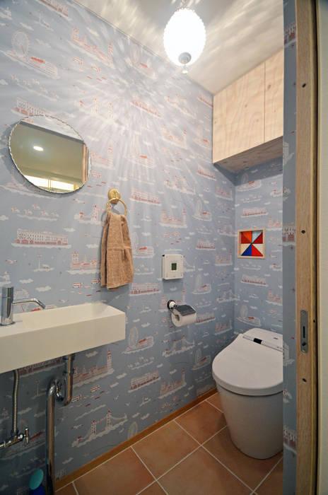 Baños de estilo escandinavo de 大塚高史建築設計事務所 Escandinavo