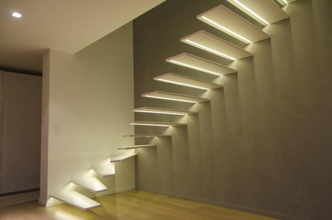Escalier à console Murale: Couloir et hall d'entrée de style  par METALLERIE SCHAFFNER