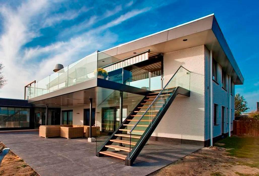 Royaal balkon met glazen balustrade:  Terras door Buys Glas