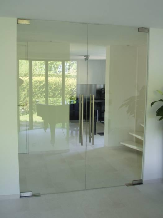 Dubbele glazen deur in moderne stijl:  Woonkamer door Buys Glas