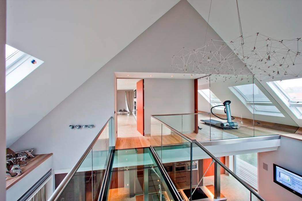 Glazen balustrade naar fitnessruimte, boven woonkamer:  Fitnessruimte door Buys Glas