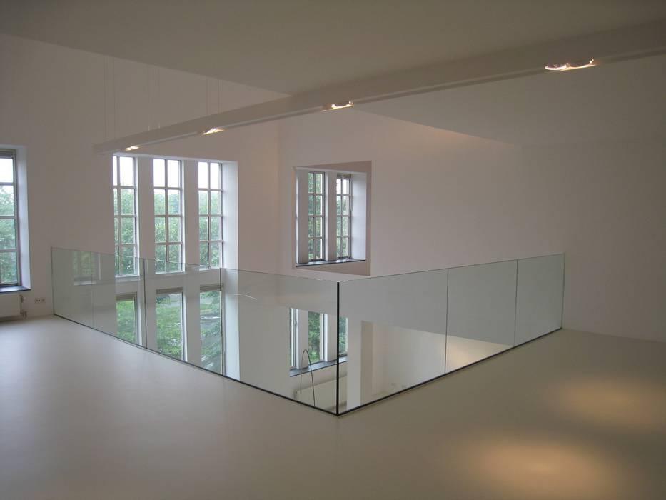 Glazen balustrade in minimalistische stijl:  Woonkamer door Buys Glas