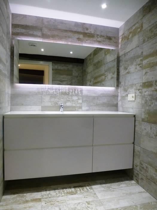 MUEBLE LAVABO DE BAÑO EN DORMIT PRINC. ESPEJO RETROILUMINADO CON LEDS.: Baños de estilo  de ERRASTI
