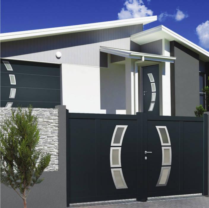 Le trinome : Portail, porte de garage et porte d'entrée assortie: Fenêtres & Portes de style  par Neo10.com,