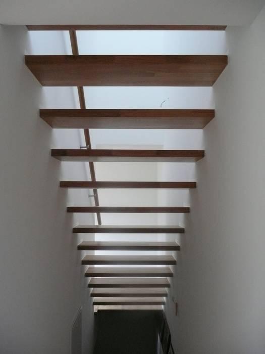 Pasillos, vestíbulos y escaleras de estilo moderno de waldorfplan architekten Moderno