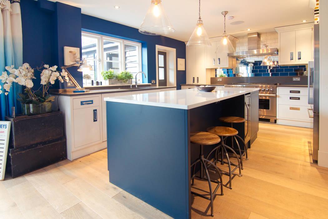 Blue and white modern kitchen Cocinas modernas: Ideas, imágenes y decoración de homify Moderno