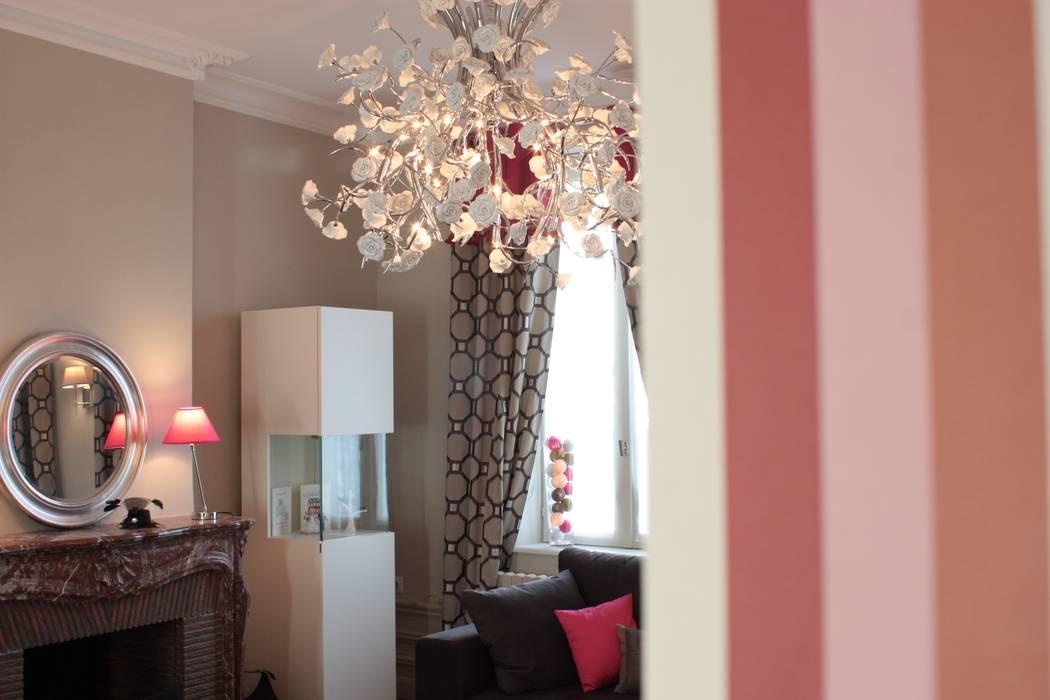 Quand le moderne se mêle au classique!: Salon de style de style Classique par Rouge Amande