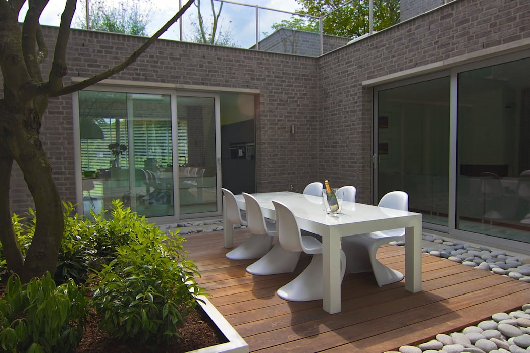 Eten in de patiotuin Moderne balkons, veranda's en terrassen van Stoop Tuinen Modern