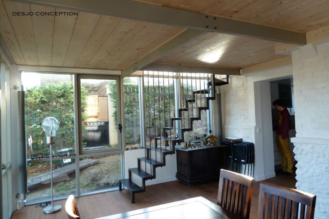 L'escalier: Couloir et hall d'entrée de style  par Desjoconception