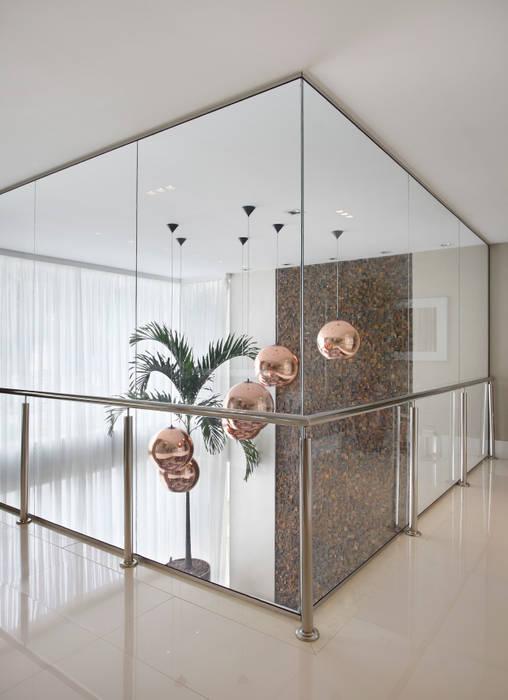 Corredor - segundo andar: Corredores e halls de entrada  por Arquitetura e Interior,Moderno