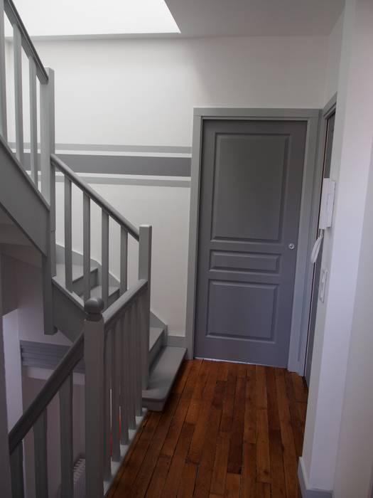 Maison agrandie et rénovée de tous cotés Couloir, entrée, escaliers modernes par agence MGA architecte DPLG Moderne