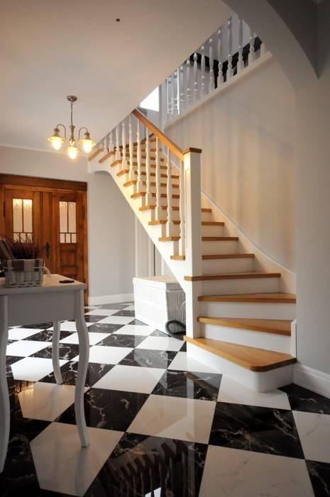 Country style corridor, hallway& stairs by Grzegorz Popiołek Projektowanie Wnętrz Country