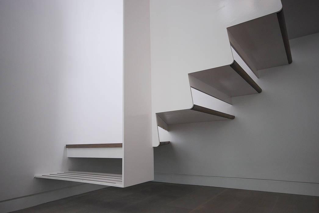 Staircase Detail Pasillos, vestíbulos y escaleras de estilo moderno de homify Moderno
