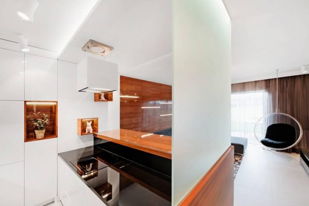 Widok na salon zza wyspy kuchennej Finchstudio Minimalistyczna kuchnia