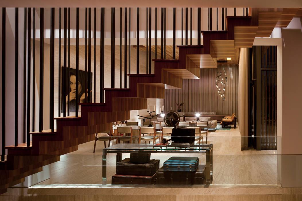 Nowoczesny korytarz, przedpokój i schody od C Cúbica Arquitectos Nowoczesny