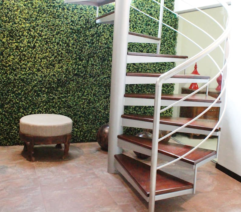 MURO VERDE CON FOLLAJE BOXUS MIX EN AREA DE ESCALERAS: Casas de estilo  por GREEN MARKET DECO S.A. DE C.V.,