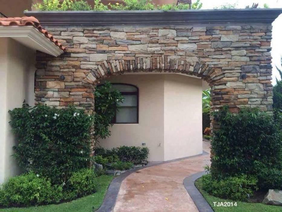 Jardines en campo de golf: Jardines de estilo  por Tropico Jardineria