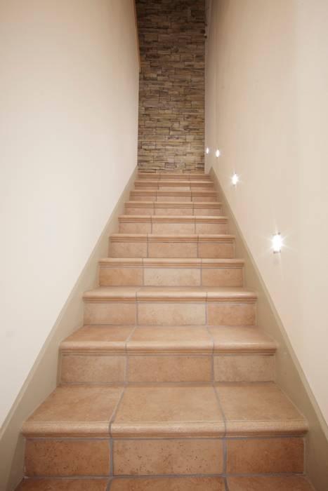 Scala luminosa Modularis Progettazione e Arredo Ingresso, Corridoio & Scale in stile eclettico