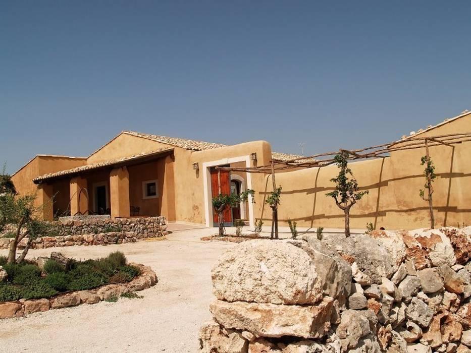l'area di accesso alla masseria: Case in stile In stile Country di Emanuele Gentile Architetto