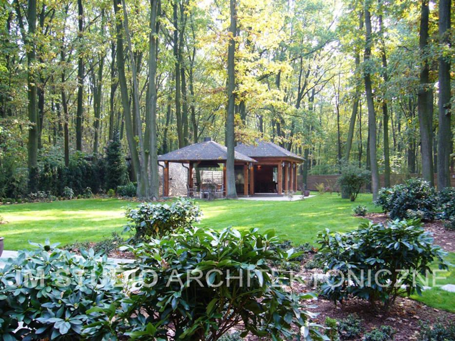 Ogród leśny wkomponowany w stare dęby od JM STUDIO ARCHITEKTONICZNE Egzotyczny