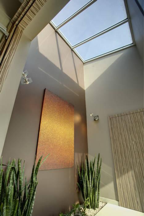 Moderne gangen, hallen & trappenhuizen van Anna Kukawska - Architekt Modern