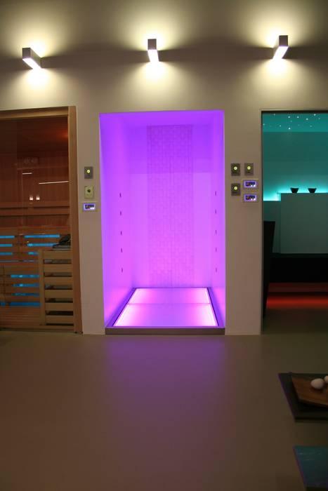 Doccia cromoterapia KARINA : Bagno in stile in stile Moderno di SILVERPLAT