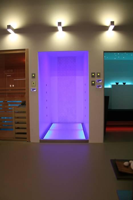 Doccia cromoterapia KARINA: Bagno in stile in stile Moderno di SILVERPLAT