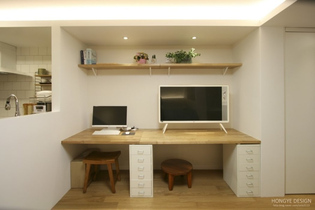 컴퓨터 및 tv: 홍예디자인의  거실,모던