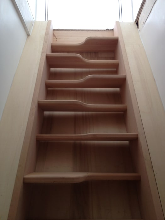 """Escalier à pas décalés, dit """"japonais"""": Couloir et hall d'entrée de style  par BODDAERT INTERIEUR"""