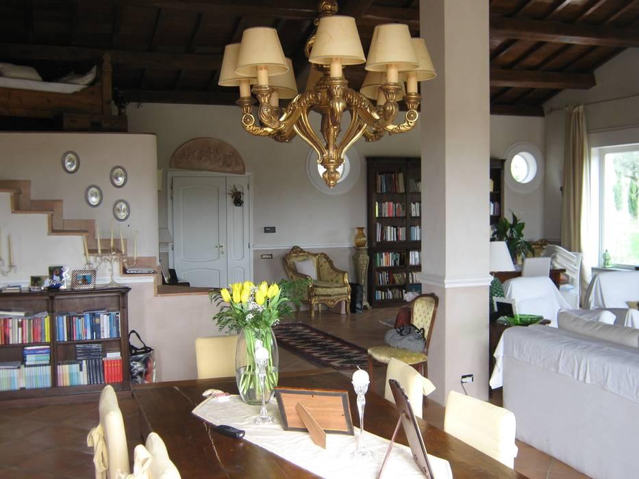 Vendita Casale S. Nicola: Soggiorno in stile in stile Classico di Fabio Arani