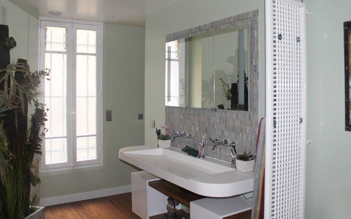 salle de bain: Salle de bains de style  par les bains et les cuisines d'Alexandre