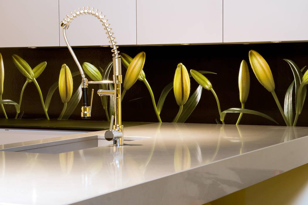 """Keuken achterwand """"Dans of the Lillies"""" op Pimp Flexible materiaal Moderne keukens van PimpYourKitchen Modern"""
