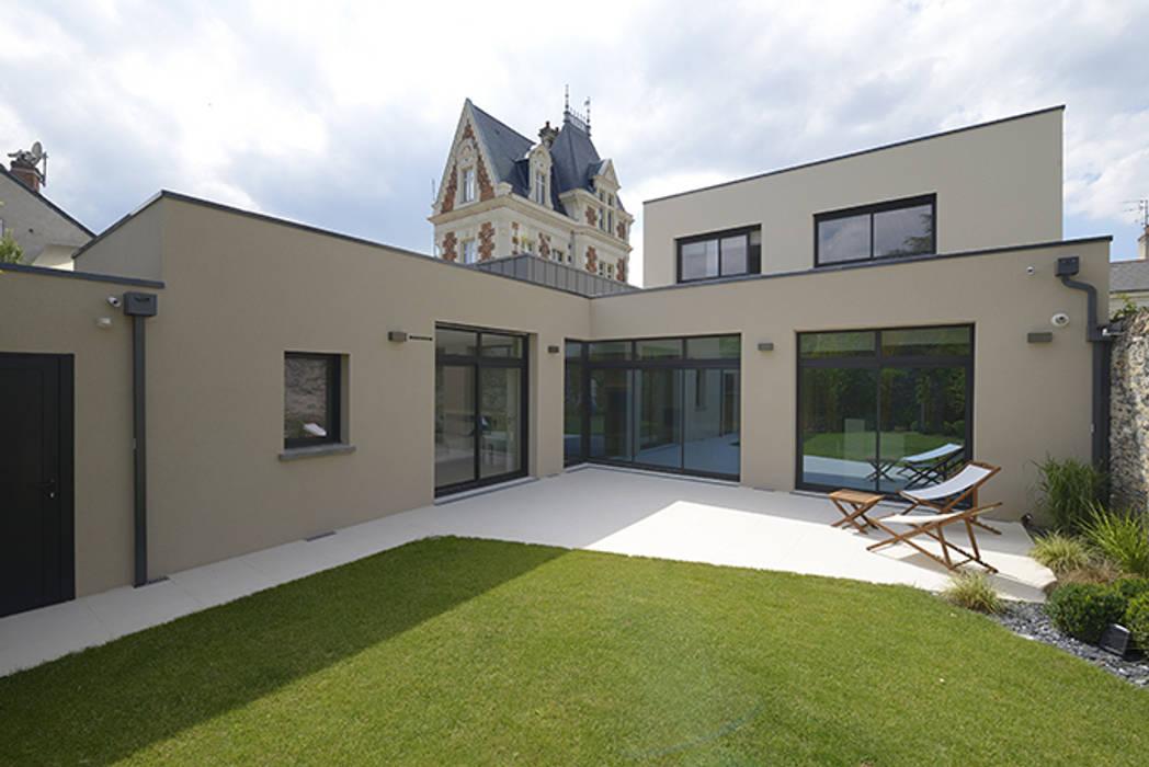 Vue sur la terrasse et le jardin: Terrasse de style  par Studio SD