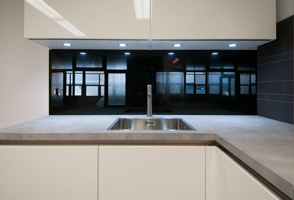 """""""Room with a view"""" achterwand voor de keuken.:  Keuken door PimpYourKitchen"""