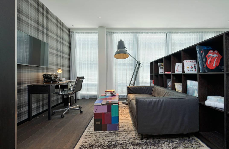 Side-table voor de Schrijvers Suite van het Kameha Grand Zürich (ontwerp Marcel Wanders) Moderne woonkamers van BOOKED by Jacqueline le Bleu Modern