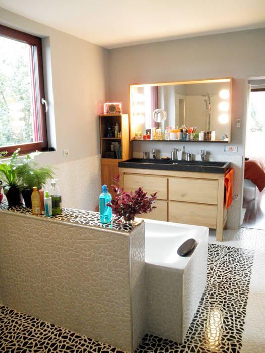 Côté vasque: Salle de bains de style  par EDECO Rénovation