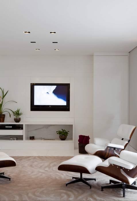 Top House SP: Salas multimídia  por Cristina Menezes Arquitetura