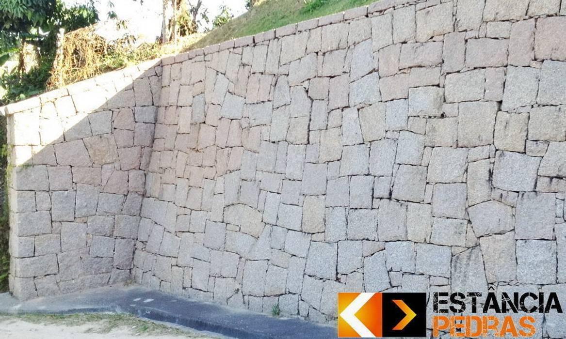 Muro de Arrimo Paredes e pisos rústicos por Estância Pedras Rústico