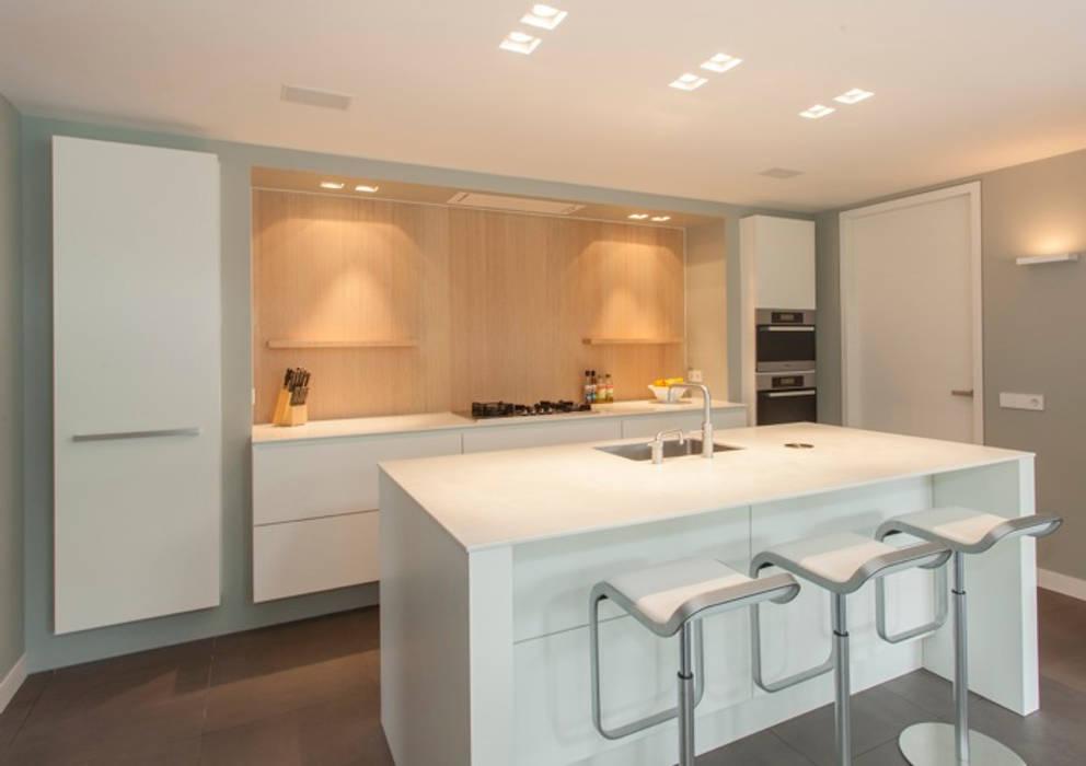 Modern hout in U vorm:  Keuken door Thijs van de Wouw keuken- en interieurbouw
