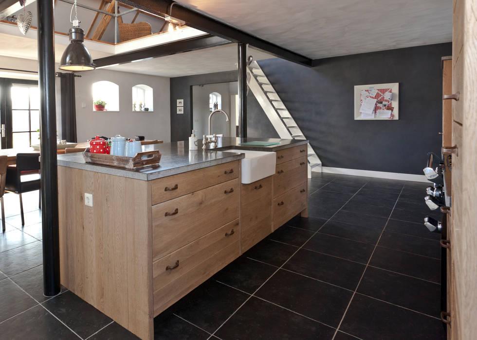 Landelijk zwart met eiken : landelijke Keuken door Thijs van de Wouw keuken- en interieurbouw